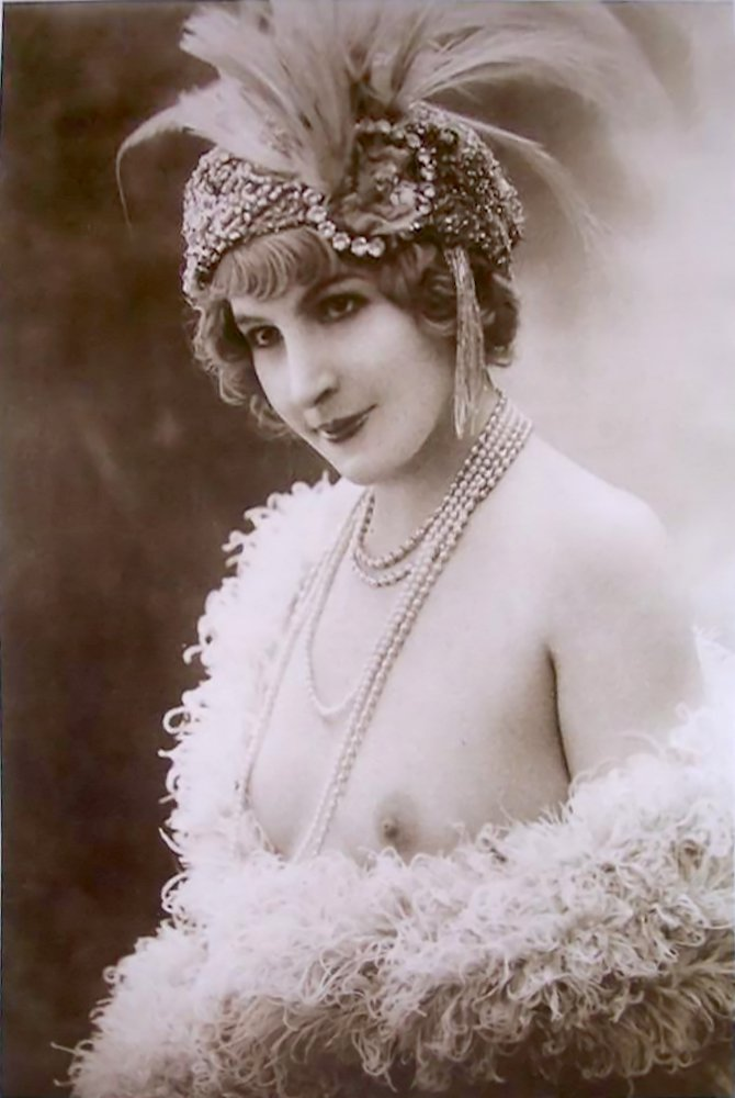 Feathered femme, 1910.